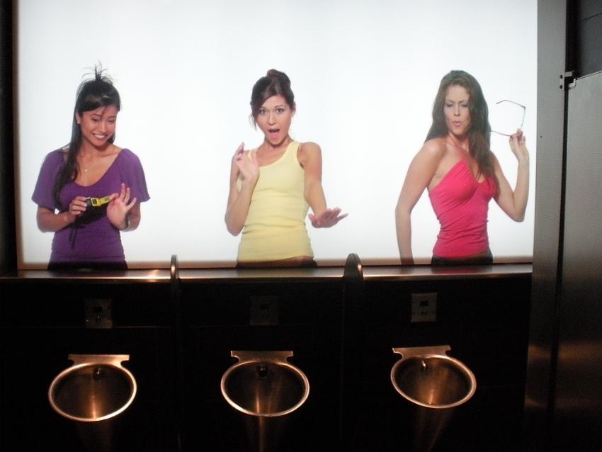Donne nel bagno degli uomini: la gigantografia ti spia ( Youre Father ...