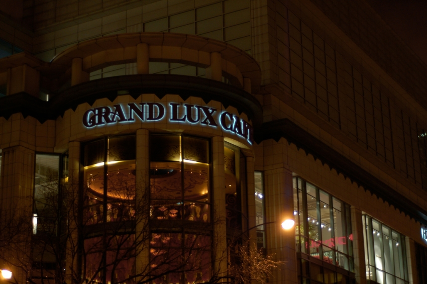 Chicago Hotels Near Grand Lux Cafe